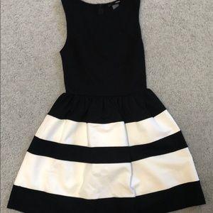 Aqua | Sleeveless Black/White Dress